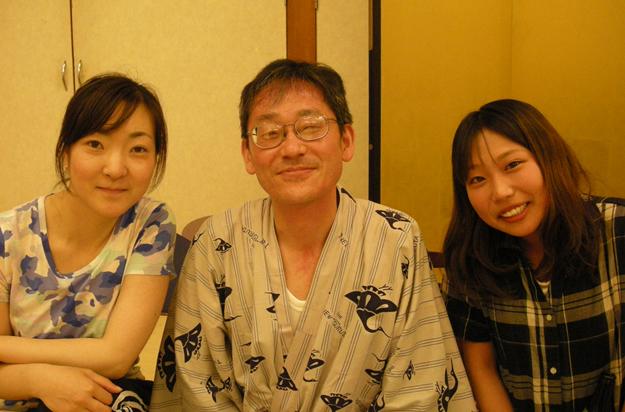 美女2人にはさまれてにっこりのおじさんです。
