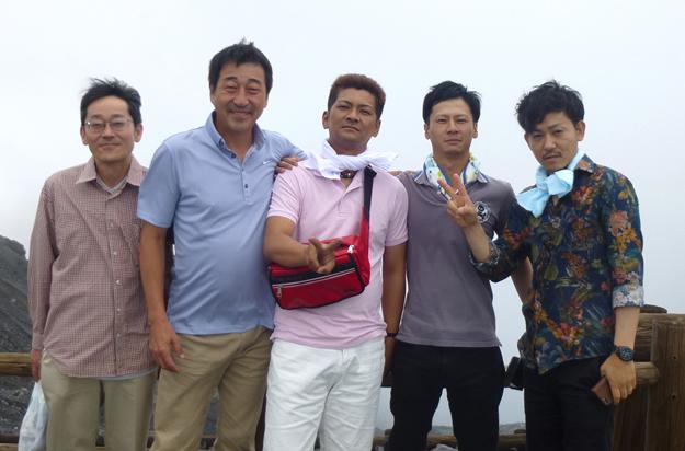 阿蘇山頂にて風が強くふきとばされそうでした。