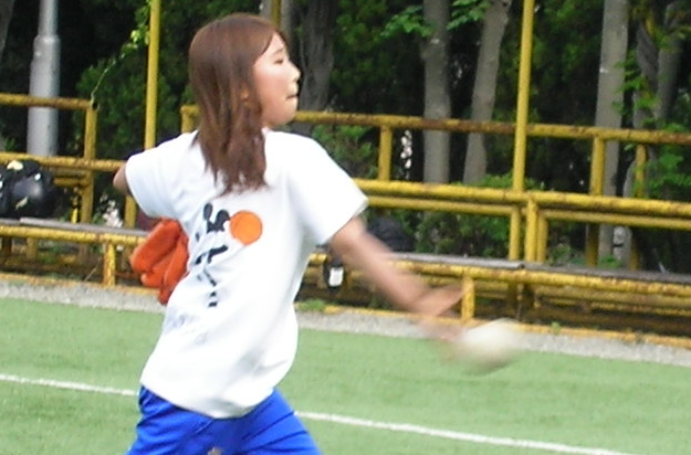 彼女中々のスピードボールを投げます。