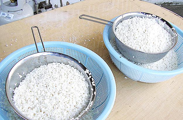 もち米は前日から水にひたしています。