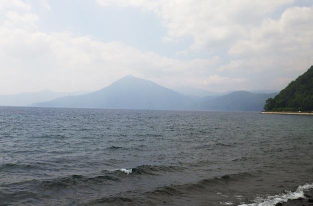 支笏湖です。風が少し強く波があります。