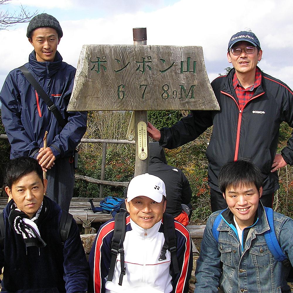 無事に山頂へ。678.9メートル、なんとキリのいい数字でしょうか。