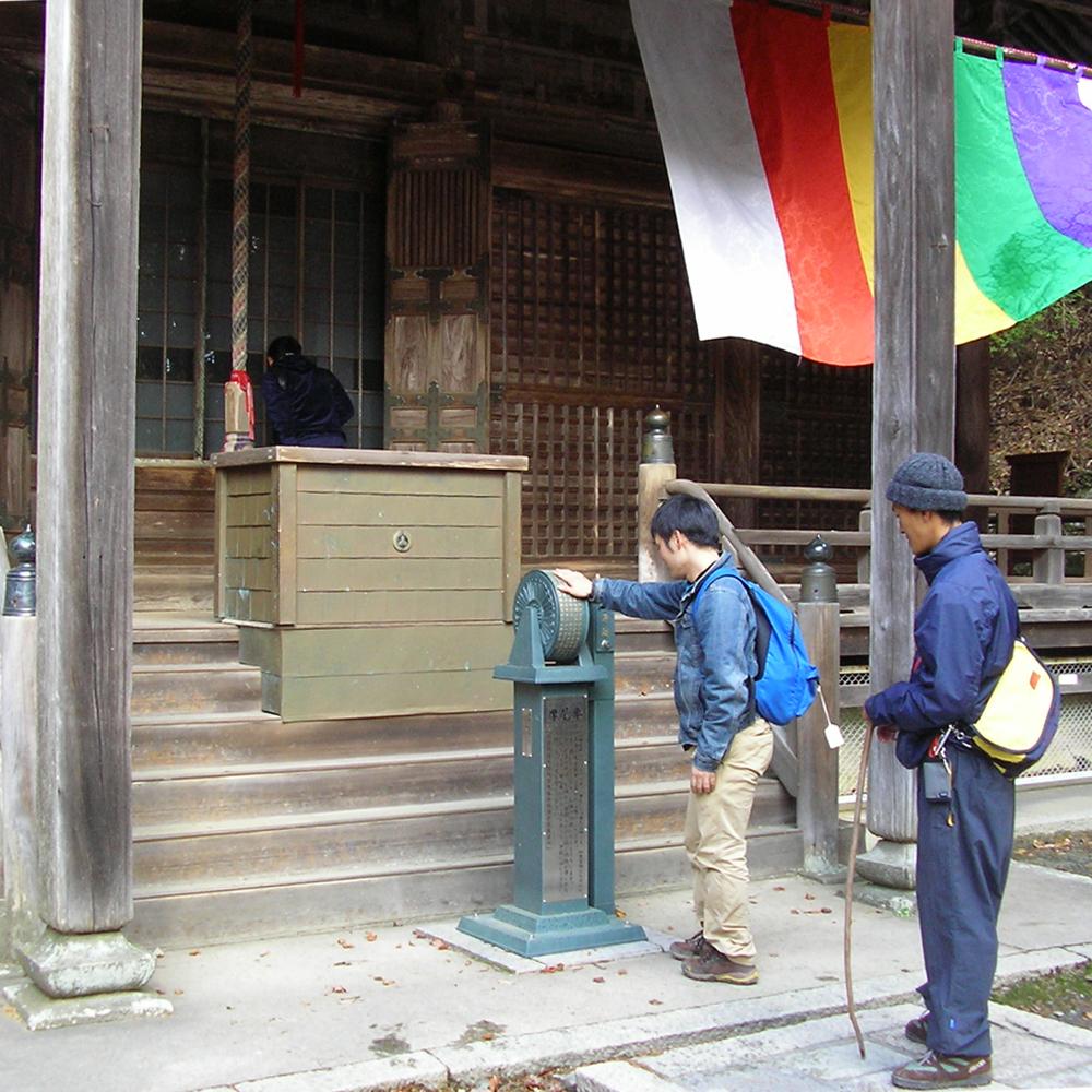 途中の本山寺にて何かコロコロまわすものがありました。