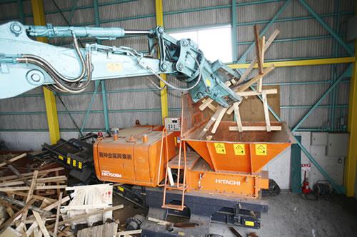 玉川処理工場作業 木屑破砕中