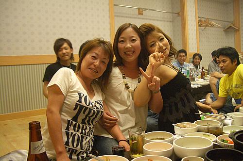 女性三人衆。よく飲み、よく食べます